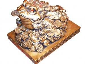Трёхногая жаба с монетой во рту